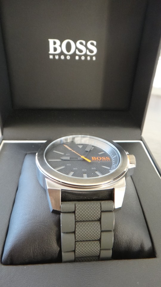 Cette montre homme BOSS Orange, référence 1513005, est une montre Sport.   De mouvement Quartz, son bracelet est en Silicone Gris, son boitier Rond est en Acier Gris. Le cadran de cette montre est Gris, avec affichage Analogique (Aiguilles).