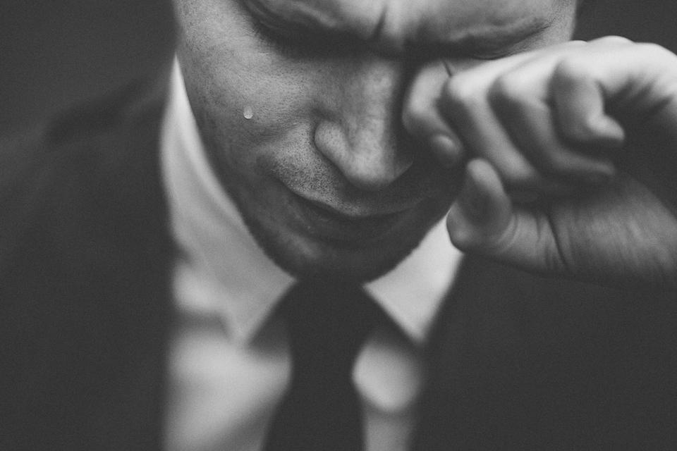 Homme triste larmes